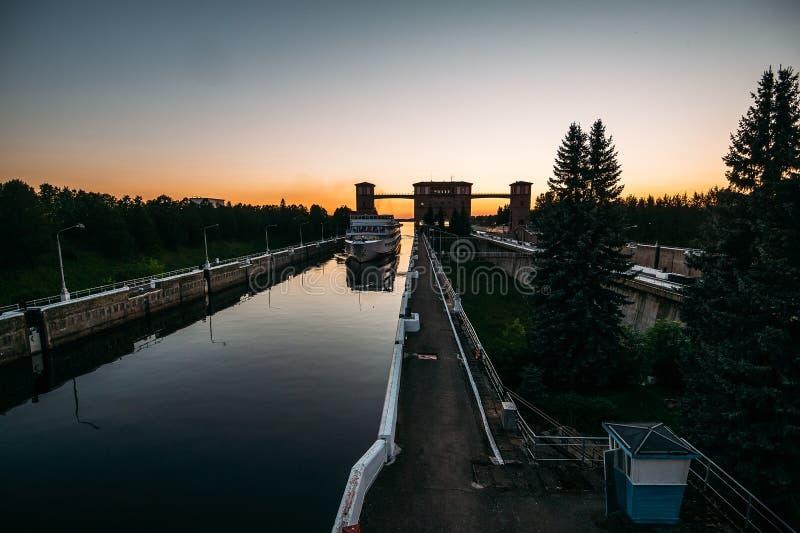 Kryssningskeppet skriver in portar av sändningslås på solnedgången royaltyfria bilder