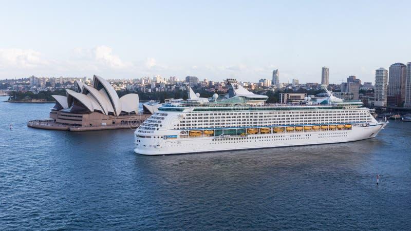 Kryssningskeppet skriver in porten av Sydney royaltyfri foto