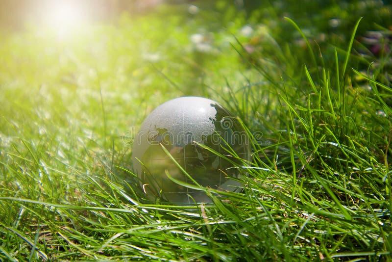 Krystaliczna kula ziemska na trawie fotografia royalty free