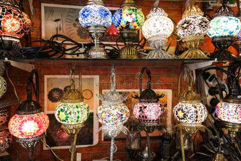 Krystaliczne lampy dla sprzedaży na Uroczystym bazarze przy Istanbuł fotografia stock