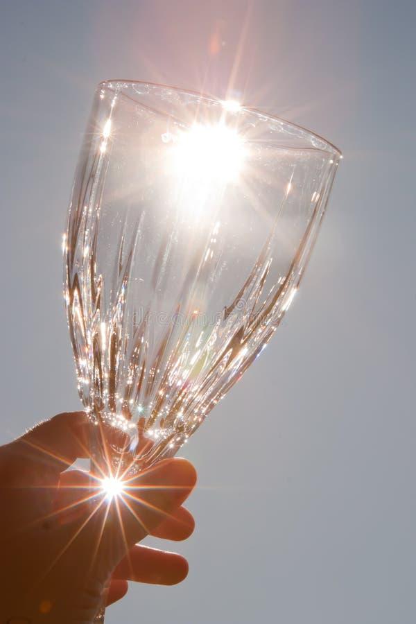 krystalicznego szkła prowadzenia wino fotografia royalty free