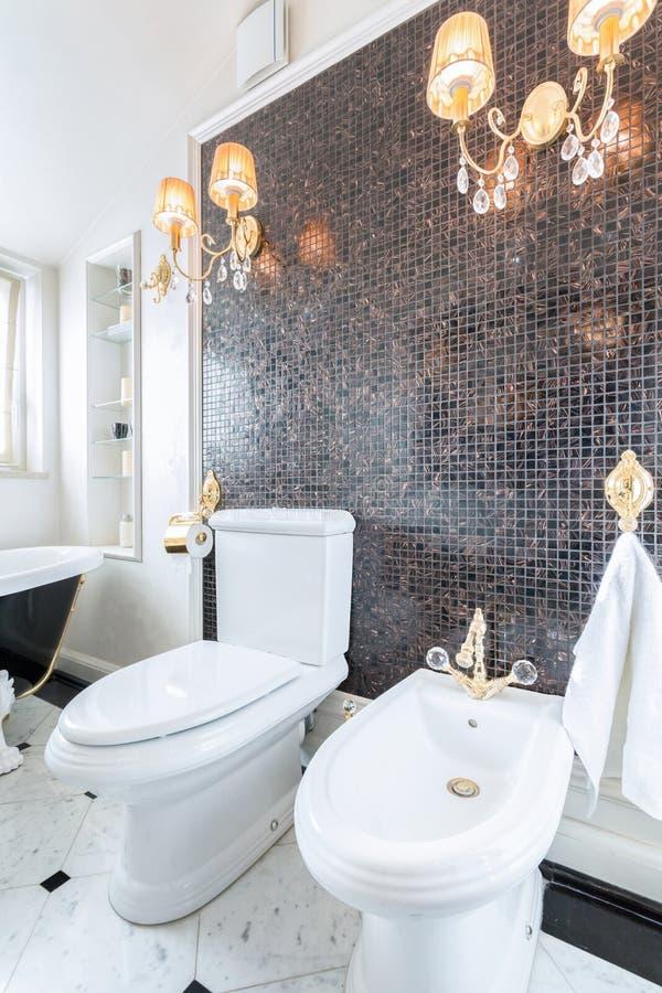 Krystaliczni świeczniki w luksusowej toalecie obrazy stock