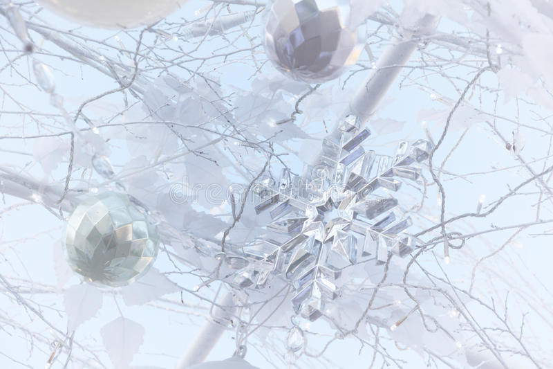 Krystaliczny śnieżny płatek i wszystkie dekoracja na białych bożych narodzeniach drzewnych obraz royalty free