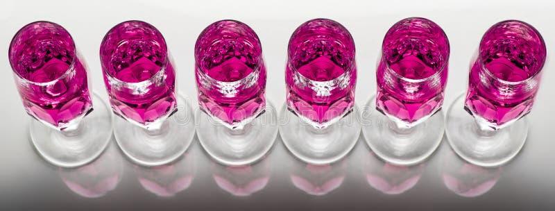 Krystaliczny szkło z różowym fluidem fotografia stock