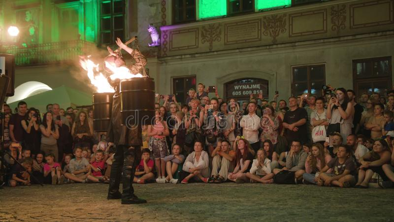Krystian Minda Sword Swallower Show em Lublin imagem de stock royalty free