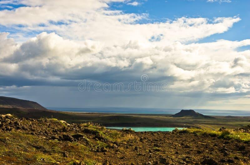 Krysuvik terenu geotermiczny krajobraz, mały jezioro blisko gorących wiosen obrazy stock