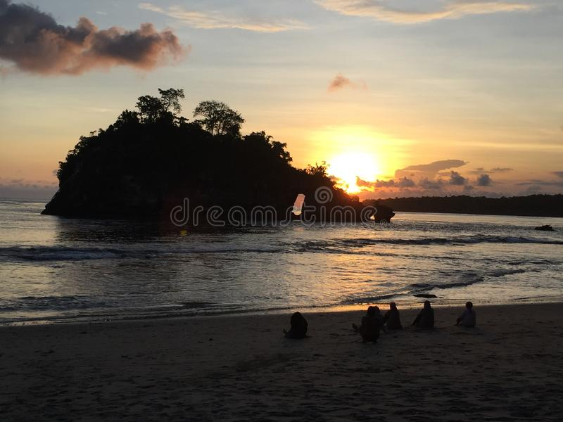 Kryształ zatoki plaża na Nusa Penida podczas zmierzchu zdjęcie royalty free