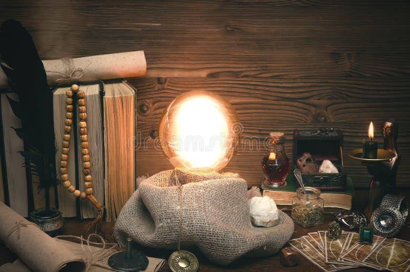 Kryształowa kula i tarot karty Przyszłościowy czytanie Przeznaczenie wróżba zdjęcie stock
