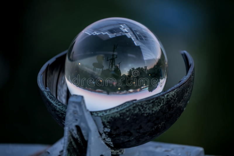 Kryształowa kula - Meteorologiczny instrument który wskazuje pozycję słońce Meteorologiczna stacja w Belgrade fotografia royalty free