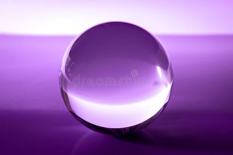 Kryształowa kula w abstrakcjonistycznych purpurach z odbiciami obrazy royalty free