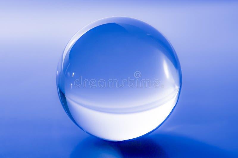 Kryształowa kula w abstrakcjonistycznym błękicie z odbiciami fotografia royalty free