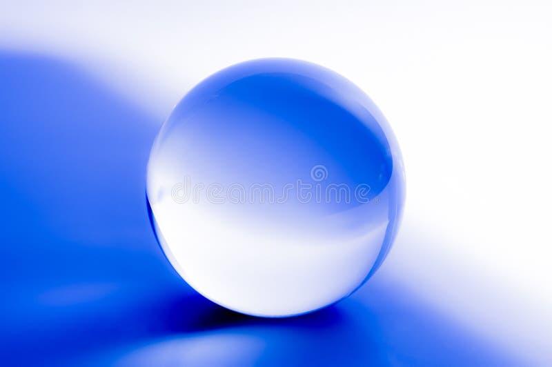 Kryształowa kula w abstrakcjonistycznym błękicie z odbiciami obrazy stock