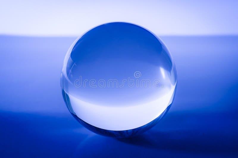 Kryształowa kula w abstrakcjonistycznym błękicie z odbiciami zdjęcia royalty free