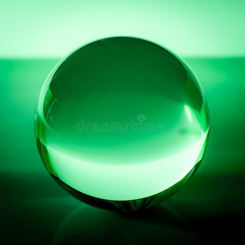 Kryształowa kula w abstrakt zieleni z odbiciami obrazy royalty free