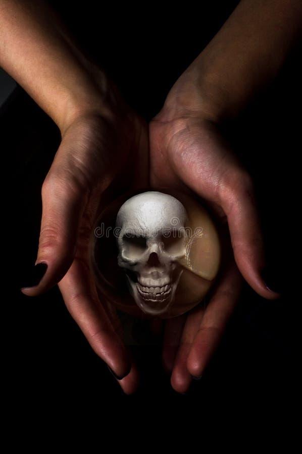 Kryształowej Kuli czaszka obrazy stock