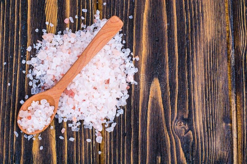 Kryształy różowa Himalajska sól na brown drewnianym stole obraz royalty free