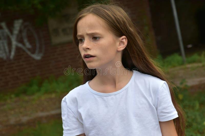 Krytyczna przyglądająca nastoletnia dziewczyna zdjęcie royalty free