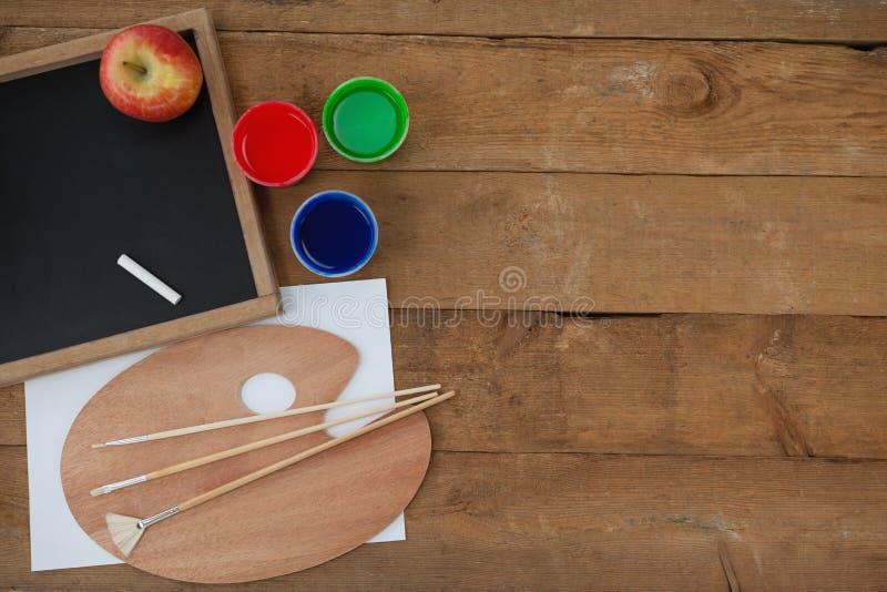 Krytykuje, pisze kredą i nawadnia pallete, jabłko, akwarele, muśnięcie zdjęcie royalty free