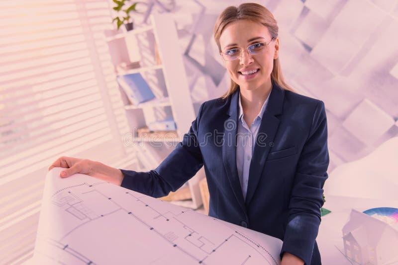 Krzepki żeński architekt rewiduje projekt przy biurem obraz royalty free