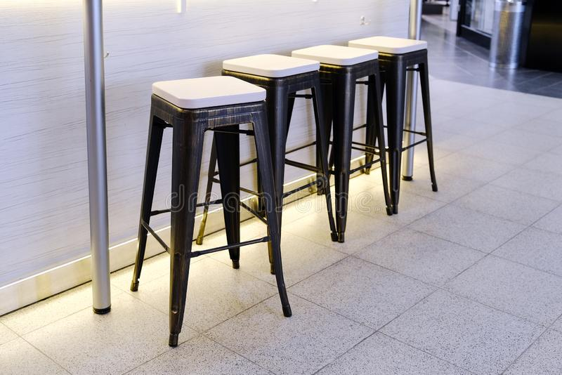 Krzesła w kawiarni krzesło wysoki Czekać klientów zdjęcie royalty free