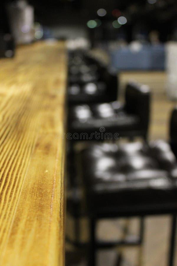 Krzesła blisko drewnianego baru 30605 zdjęcie stock