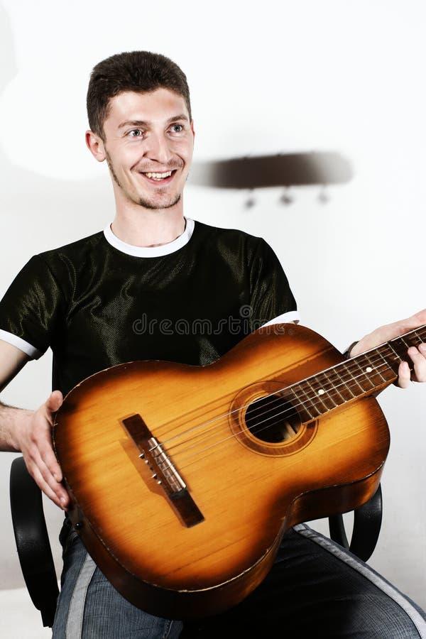 krzesła gitary mężczyzna obraz stock