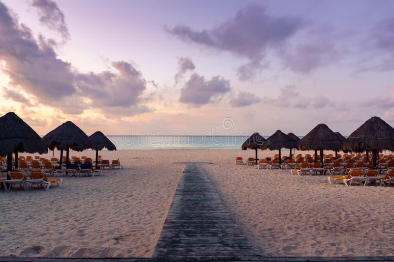 Krzesła i parasol na plaży przy wschodem słońca - Palapa buda obrazy royalty free