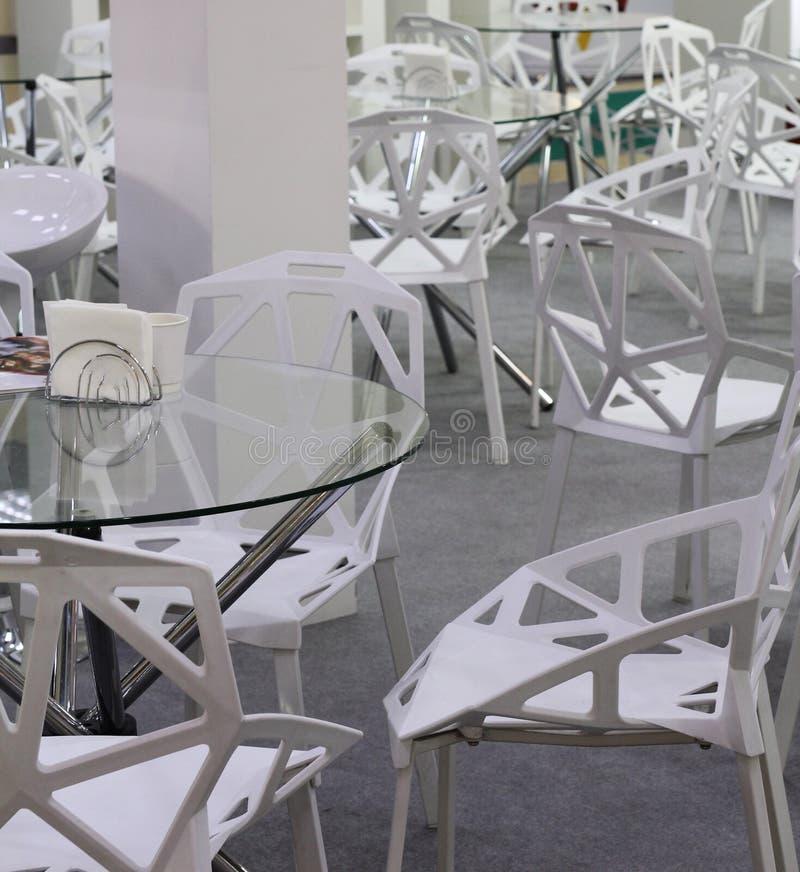 Krzesła i stoły dla pokojów konferencyjnych lub wygodnych kawiarni zdjęcie stock