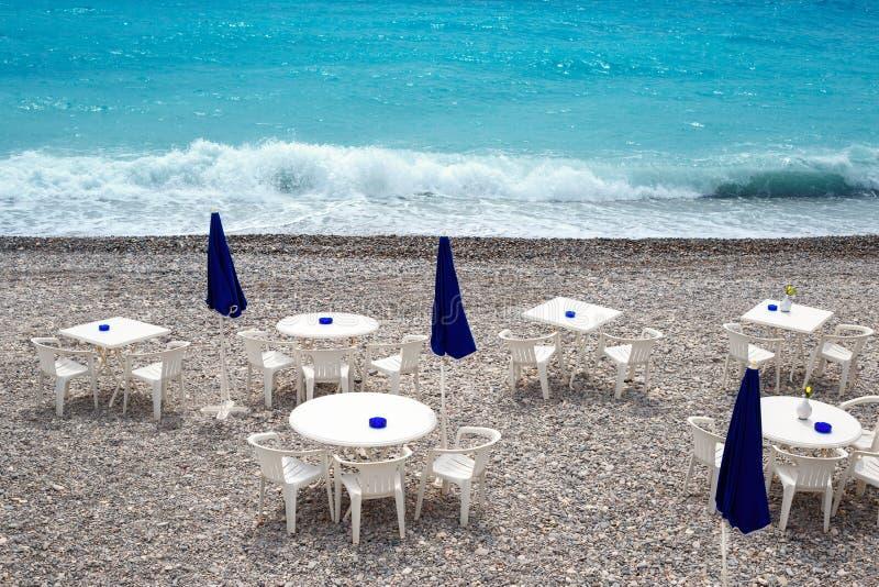 Krzesła i stoły na Ładnej plaży wzdłuż deptaka des Anglais obraz stock