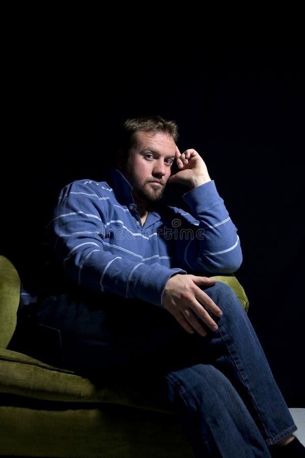 krzesła mężczyzna smutny obsiadanie obrazy royalty free