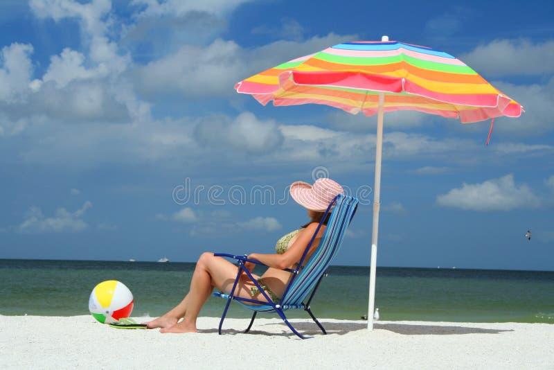 krzesła na plaży sittin kobieta obrazy stock