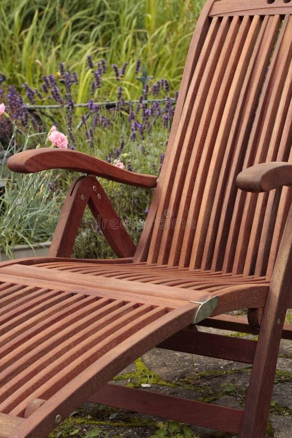 krzesła ogrodowy drewniany zdjęcie stock