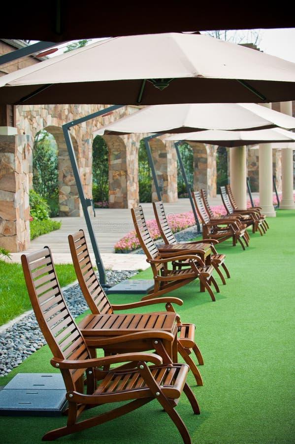Krzesła Parasolowa Czas wolny trawa zdjęcie royalty free
