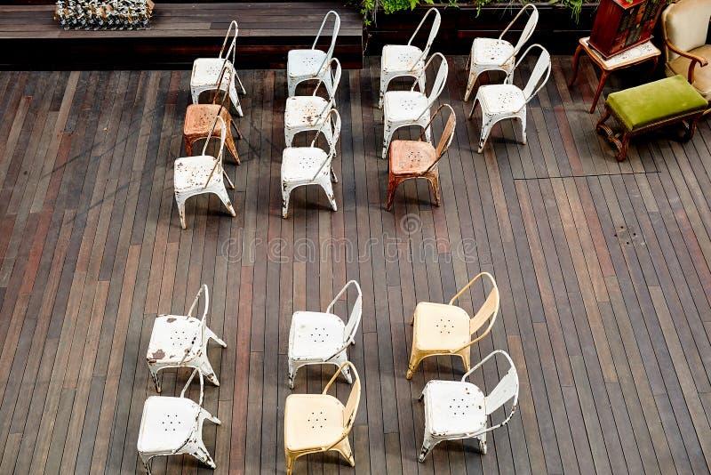 Krzesła układali dostępny na miejscu rejestrację przy ślubem obrazy royalty free