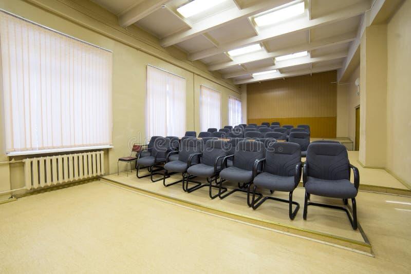 Krzesła w pustej sala konferencyjnej zdjęcia stock