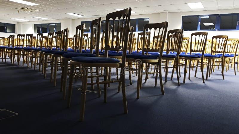 Krzesła w sala konferencyjnej z rzędu zdjęcie stock