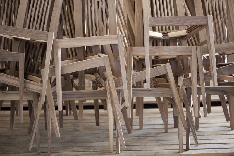 krzesła wypiętrzali w górę drewnianego fotografia stock