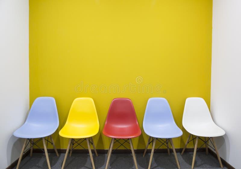 Krzesła z kolor żółty ścianą w biurze obrazy royalty free