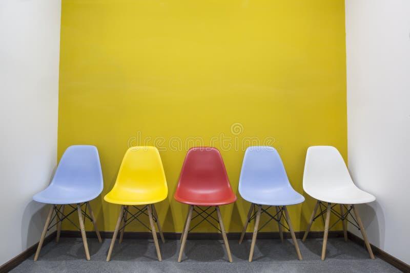 Krzesła z kolor żółty ścianą w biurze zdjęcie royalty free