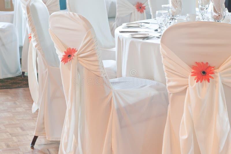 krzesła zakrywający pościeli stołu ślubu biel zdjęcie stock