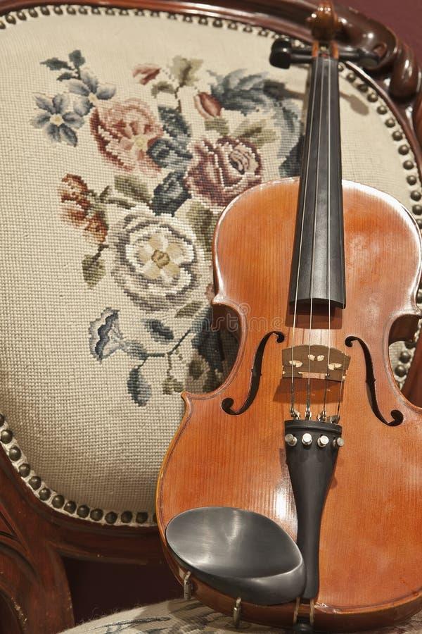 krzesło antykwarski skrzypce obraz royalty free