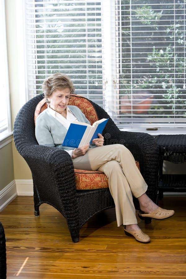 krzesło kobieta żywa czytelnicza izbowa starsza siedząca obrazy stock
