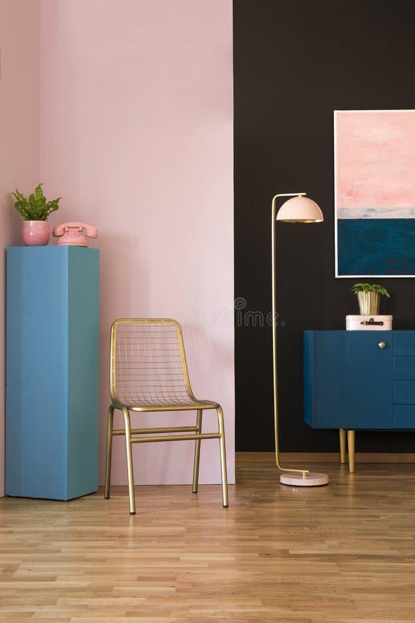 Krzesło, lampa i gabinet, zdjęcie stock