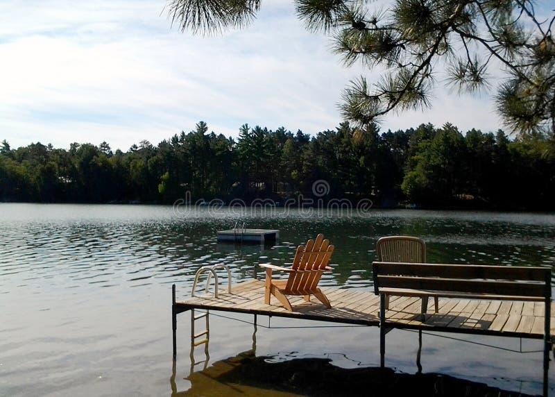 Krzesło na doku w jeziorze obraz stock