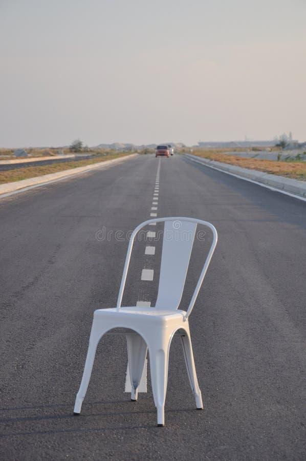 Krzesło po środku drogi obraz stock