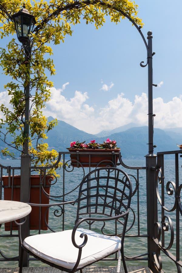 Krzesło przegapia pokojowego jezioro i góry w af na tarasie fotografia stock