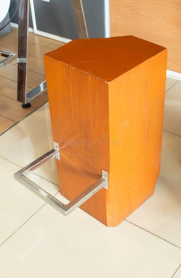 Krzesło robić z drewnianych prąć i stawiający stopa w nierdzewnym, ampuła obrazy stock