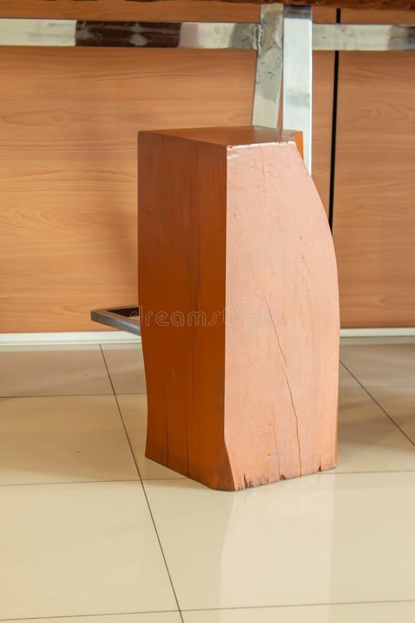 Krzesło robić z drewnianych prąć i stawiający stopa w nierdzewnym, ampuła zdjęcie royalty free