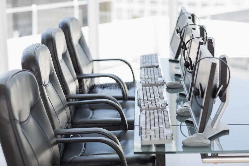 Krzesło słuchawki w nowożytnym biurze i komputery obraz royalty free