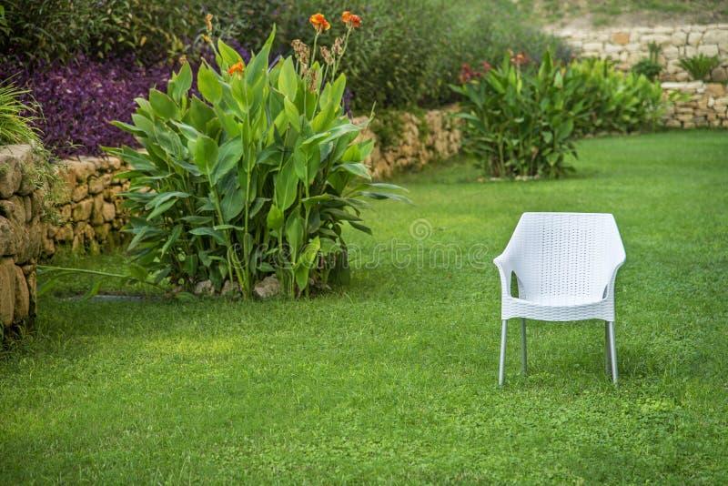 Krzesło w ogródzie Pojedynczego gracza pojęcie obrazy royalty free